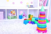 Juguetes de plástico coloridos en la habitación de los niños — Foto de Stock