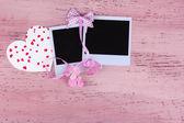Viejas fotos en blanco y corazón decorativo sobre fondo de madera color — Foto de Stock