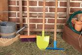 Instrumenten van tuinman op bakstenen achtergrond — Stockfoto