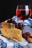 Tablo yakın çekim üzerinde şarapla peynir çeşitleri — Stok fotoğraf