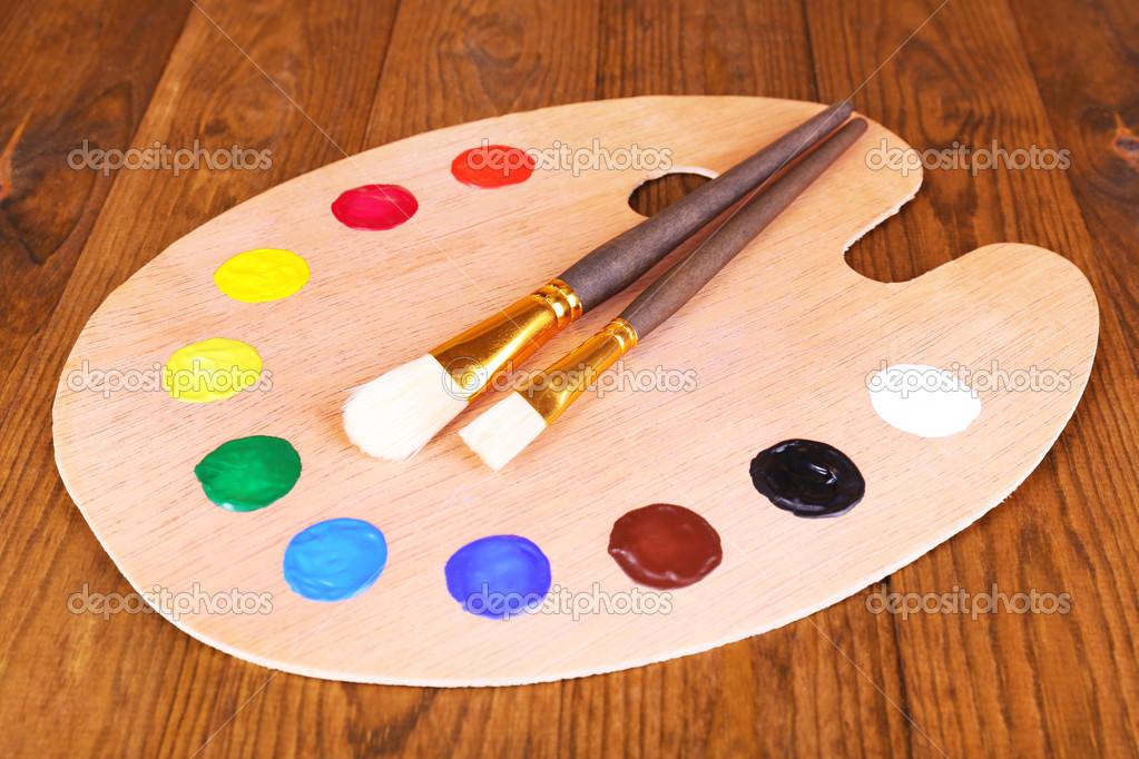 palette dart en bois avec la peinture et des pinceaux le gros plan de table photographie. Black Bedroom Furniture Sets. Home Design Ideas