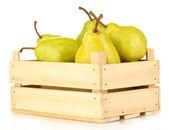 Poires mûres dans une boîte en bois isolé sur blanc — Photo