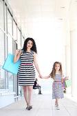 幸せなママと娘アウトドア ショップ バッグ付き — ストック写真