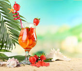 Refreshing strawberry cocktail on sand beach — Stock Photo