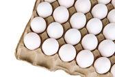 Яйца в лоток для бумаги, изолированные на белом фоне — Стоковое фото