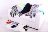 Açık renkli kanepede karışık renkli giyim — Stok fotoğraf