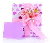 Regalo rosa con fiocco e fiore isolato su bianco — Foto Stock