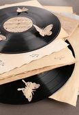 Discos de vinil com papel velho e borboletas, sobre fundo marrom — Fotografia Stock