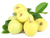 成熟甜的苹果,孤立的白色衬底上的叶子 — 图库照片