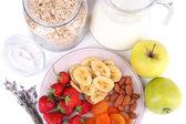 Gezonde ontbijtgranen met melk en fruit close-up — Stockfoto