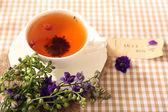 Tazza di tè alle erbe fresche sul tavolo — Foto Stock
