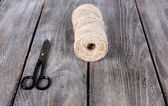 Jute twine and old scissors on wooden background — Stock Photo