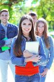 étudiants heureux dans le parc — Photo