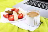 Composition with laptop and tasty breakfast on wooden tray, close-up — Stock fotografie