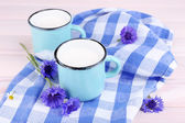 Cups of milk and cornflowers on wooden table — Stock fotografie