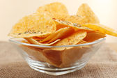 Homemade potato chips in glass bowl on table — Stock fotografie
