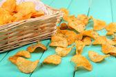 Homemade potato chips on color wooden table — Stock fotografie