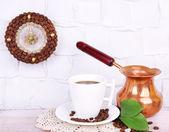 静物杯咖啡和背景灰色墙上的时钟, — 图库照片