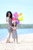 Mutlu anne ve kızı sahilde — Stok fotoğraf