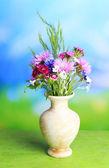 Brillantes flores en florero, sobre fondo brillante — Foto de Stock