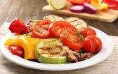 Heerlijke gegrilde groenten op plaat op tabel close-up — Stockfoto