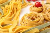 Raw homemade pasta and tomatoes, closeup — Stockfoto