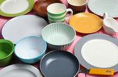 Různé nádobí na dřevěné pozadí — Stock fotografie