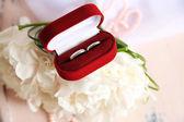 красивый свадебный букет на деревянный стул на светлом фоне — Стоковое фото