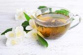Чашка чая с жасмином на таблице крупным планом — Стоковое фото