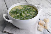 Delicious green soup with sorrel on table close-up — 图库照片