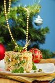 Russische traditionele salade olivier, op kleur servet, op houten tafel, op lichte achtergrond — Stockfoto