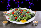 Christmas tree from broccoli on table on dark background — Zdjęcie stockowe