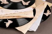 用旧纸和蝴蝶,棕色背景上的老黑胶唱片。 — 图库照片