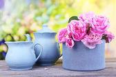 Té de desayuno con tetera de frescas rosas jardín en mesa de madera, sobre fondo brillante — Foto de Stock
