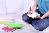 Yukarı katta oturan ve okumak, açık renkli genç kız öğrenci — Stok fotoğraf