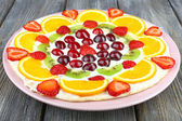 Homemade sweet pizza with fruits on wooden table, close up — Foto de Stock