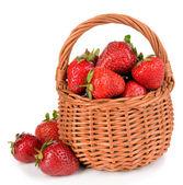 Rijpe zoete aardbeien in rieten mand geïsoleerd op wit — Stockfoto