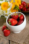 Ripe sweet strawberries in bowl on table close-up — Stock fotografie
