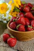 Ripe sweet strawberries in bowl on table close-up — Stock Photo
