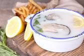 Sabrosa sopa con ostras en mesa de madera — Foto de Stock