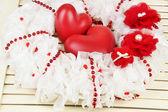 Ahşap zemin üzerinde kalp dekoratif çelenk — Stok fotoğraf