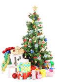 Geschmückten weihnachtsbaum mit geschenken, die isoliert auf weiss — Stockfoto