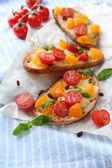 おいしいテーブル上のトマトのブルスケッタ — ストック写真