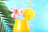 Refreshing orange cocktail on beach table — Foto de Stock