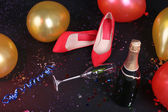 Shoes with confetti, champagne and balloons on the floor — Photo