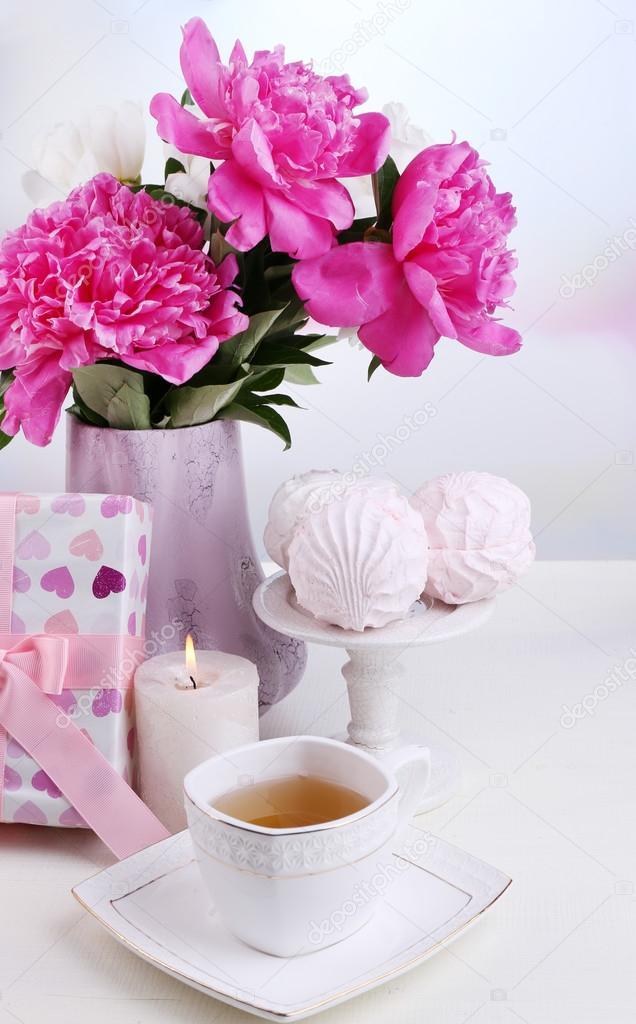 zusammensetzung der sch ne pfingstrosen in vase tea cup und marshmallow auf tisch mit hellem. Black Bedroom Furniture Sets. Home Design Ideas