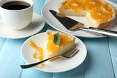 Pedazo de tarta casera naranja en placa, sobre fondo de madera color — Foto de Stock