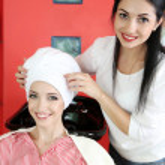 Junge Frau Friseur und Client im Beauty-salon — Stockfoto #48453047