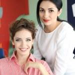 Junge Frau Friseur und Client im Beauty-salon — Stockfoto #48453055