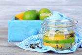 Cales en vinagre y clavo en tarro de cristal, sobre fondo de madera color — Foto de Stock